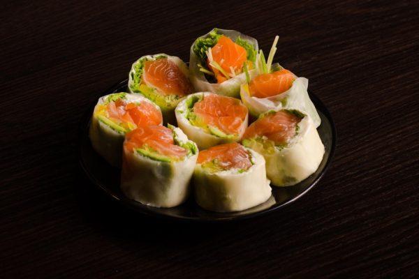 1-Sashimi maki zawijane w papier ryżowy z łososiem