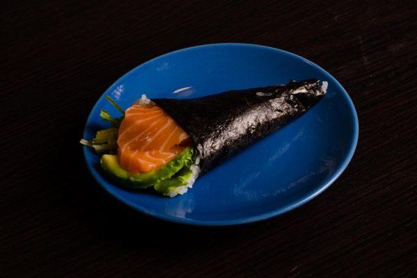 9-Temaki rożek z łososiem i warzywami
