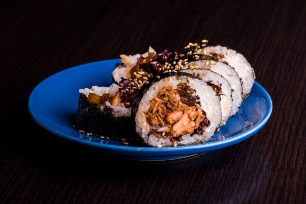 Futomaki-z-grillowanym-łososiem-w-ostro-cytrusowym-sosie